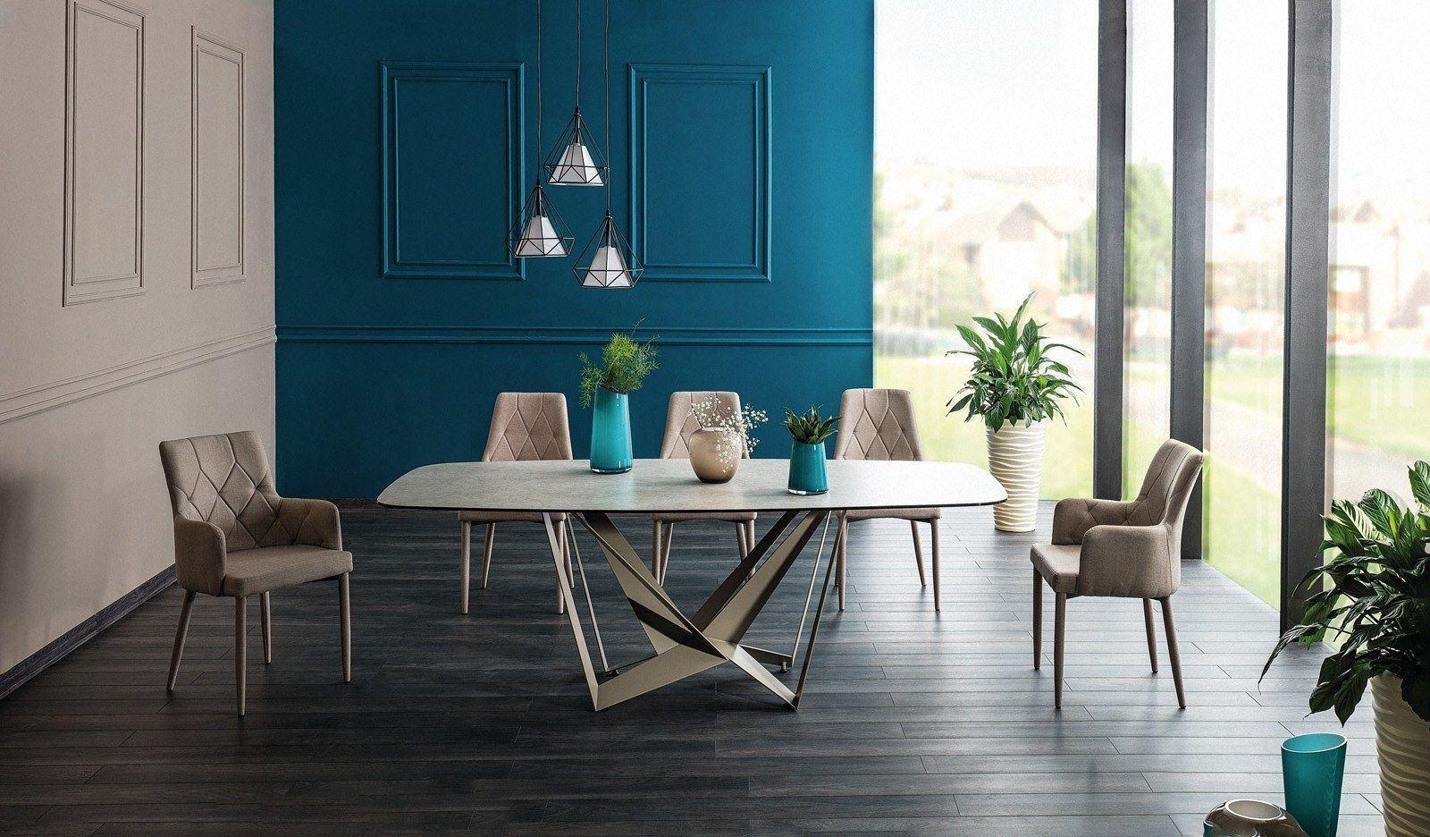 Esstisch Manhattan modern mit edlen Metallfuß und Glas-Tischplatte im Marmoreffekt.