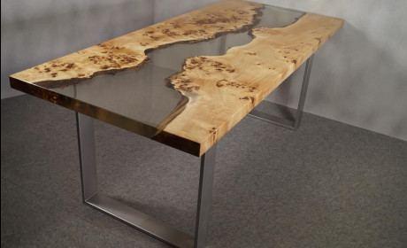 Holztisch mit Epoxidharz Füllung