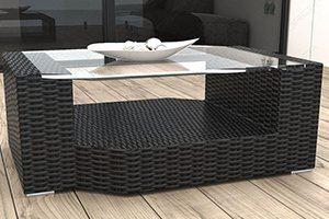 Hochwertige Tische aus Rattan sind optimale Gartenmöbel